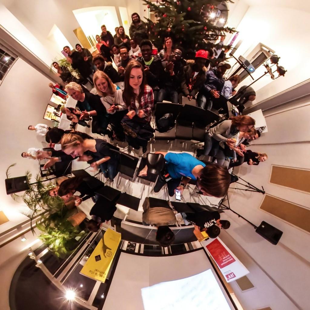 """Das mobile clip festival 2016 in 360 Grad. Schön war's! Dank an alle Clipfilmer, Kontaktlinser, Appmusiker, Workshopper, Spieleentwickler, Teamer, Unterstützer, Organisatoren und Erleber. Am 9.12.2016 gab es beim mobile clip festival 2016 zu erleben, was kreatives mit Smartphones und Tablets alles möglich ist. Geboten wurde: - Mobile Clips aus ganz Deutschland - App-Musik selber machen - eine kreative Fotoaktion mit einer 360 Grad Kamera - Die Abschlusspräsentation des Projekts KONTAKTlinse mit Clips aus interkulturellen Kontexten - Schnitzeljagden der besonderen Art mit Actionbound - Virtual Reality mit der HTC Vive entdecken und VR-Brillen selber basteln - Augmented Reality im Museumskontext erfahren - Besichtigung der historischen Räume sowie der Ausstellung """"Douglas Coupland. Bit Rot"""" Mehr Infos auf der Website: http://mobileclipfestival.de/festival-2016/ Alle Fotos auf http://mobileclipfestival.de/360grad-16/"""