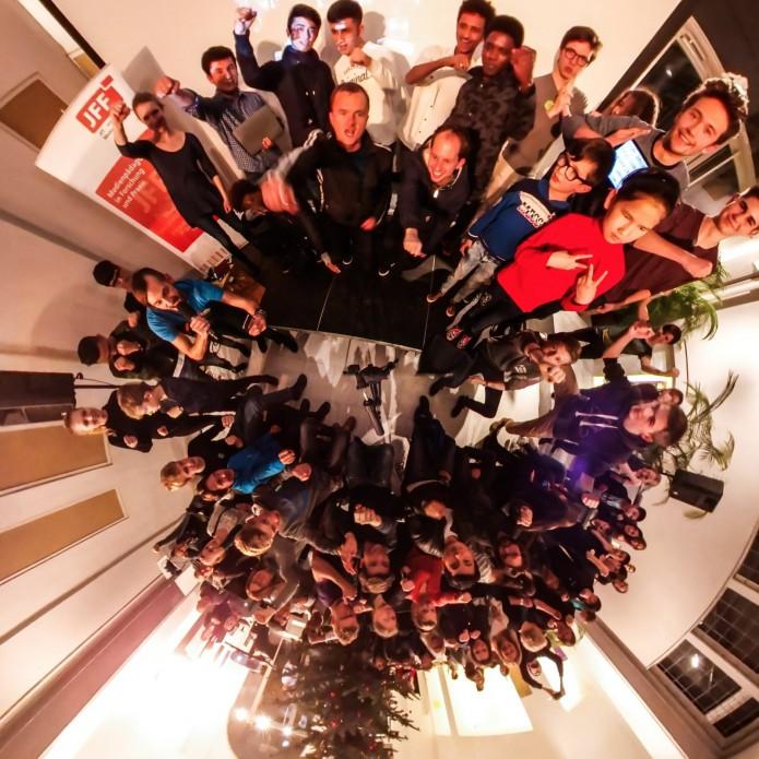"""Ein Höhepunkt des mobile clip festival 2016: Das 360 Grad Gruppenbild. Volles Haus bzw. Museum beim mobile clip festival. Schön war's! Dank an alle Clipfilmer, Kontaktlinser, Appmusiker, Workshopper, Spieleentwickler, Teamer, Unterstützer, Organisatoren und Erleber - und alle, die hinter dem Weihnachtsbaum standen und die es so nicht auf das Bild geschafft haben. Aam 9.12.2016 gab es beim mobile clip festival 2016 zu erleben, was kreatives mit Smartphones und Tablets alles möglich ist. Geboten wurde: - Mobile Clips aus ganz Deutschland - App-Musik selber machen - eine kreative Fotoaktion mit einer 360 Grad Kamera - Die Abschlusspräsentation des Projekts KONTAKTlinse mit Clips aus interkulturellen Kontexten - Schnitzeljagden der besonderen Art mit Actionbound - Virtual Reality mit der HTC Vive entdecken und VR-Brillen selber basteln - Augmented Reality im Museumskontext erfahren - Besichtigung der historischen Räume sowie der Ausstellung """"Douglas Coupland. Bit Rot"""" Mehr Infos auf der Website: http://mobileclipfestival.de/festival-2016/"""