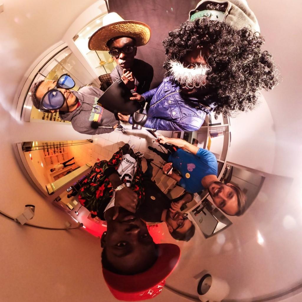 """Das mobile clip festival 2016 in 360 Grad. Schön war's! Dank an alle Clipfilmer, Kontaktlinser, Appmusiker, Workshopper, Spieleentwickler, Teamer, Unterstützer, Organisatoren und Erleber. Am 9.12.2016 gab es beim mobile clip festival 2016 zu erleben, was kreatives mit Smartphones und Tablets alles möglich ist. Geboten wurde: - Mobile Clips aus ganz Deutschland - App-Musik selber machen - eine kreative Fotoaktion mit einer 360 Grad Kamera - Die Abschlusspräsentation des Projekts KONTAKTlinse mit Clips aus interkulturellen Kontexten - Schnitzeljagden der besonderen Art mit Actionbound - Virtual Reality mit der HTC Vive entdecken und VR-Brillen selber basteln - Augmented Reality im Museumskontext erfahren - Besichtigung der historischen Räume sowie der Ausstellung """"Douglas Coupland. Bit Rot"""" Mehr Infos auf der Website: https://mobileclipfestival.de/festival-2016/ Alle Fotos auf https://mobileclipfestival.de/360grad-16/"""